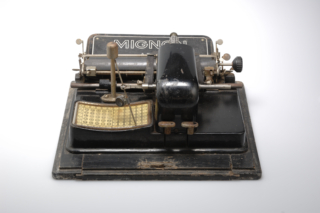 CG Vestingmuseum Nieuweschans AEG Mignon schrijfmachine ADN3515 00001@7360 8bit 300dpi web